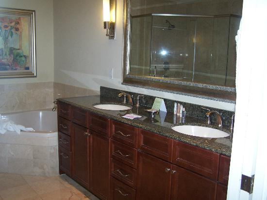Emerald Grande at HarborWalk Village: Master Bathroom