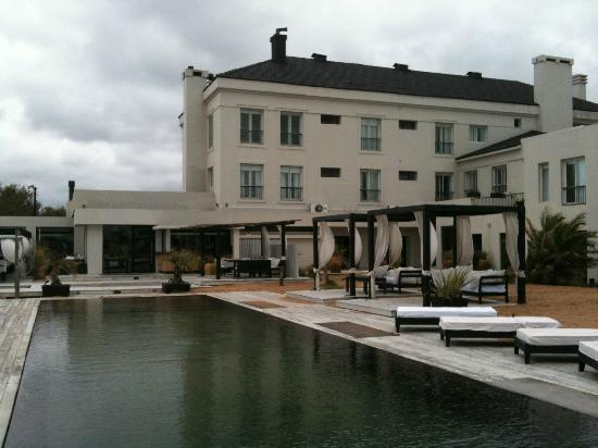Serena Hotel Punta del Este: vista da piscina para o hotel