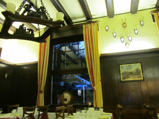 Waldhotel Forellenhof: The dining room and its beautiful little touches