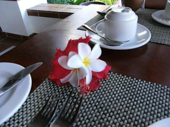 Sea Cliff Resort & Spa: Showered with daily flowers
