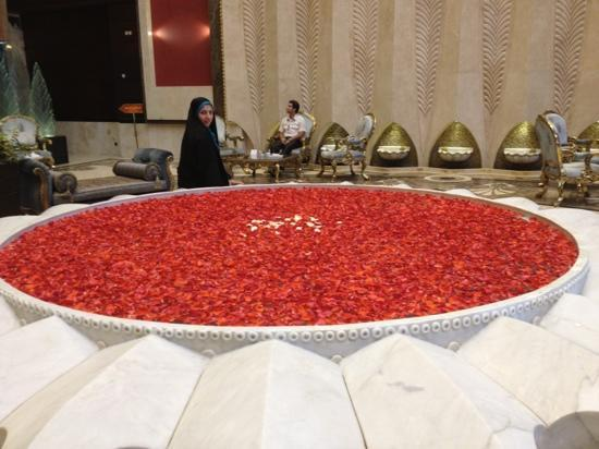 Darvishi Royal Hotel: flowers