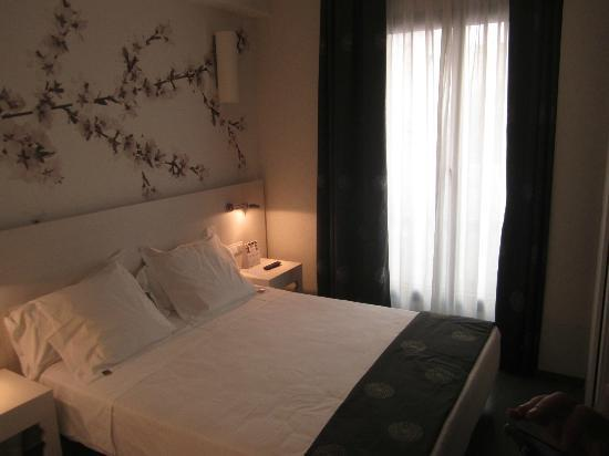 NH Barcelona Ramblas: Small but attractive room