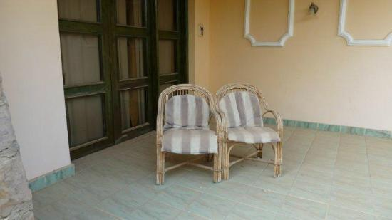 El Samaka Beach Hotel: vergammelter Zimmereingang / Terrasse