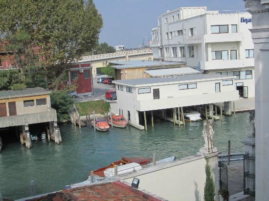 Casa Sant'Andrea: Canal in front of the room