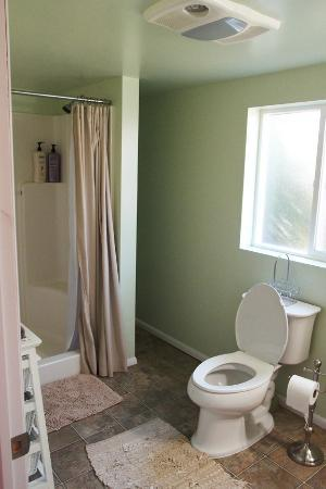 Grandma's Cottage: master bath