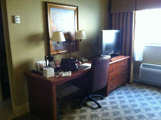 The Read House Historic Inn And Suites: desk in king room