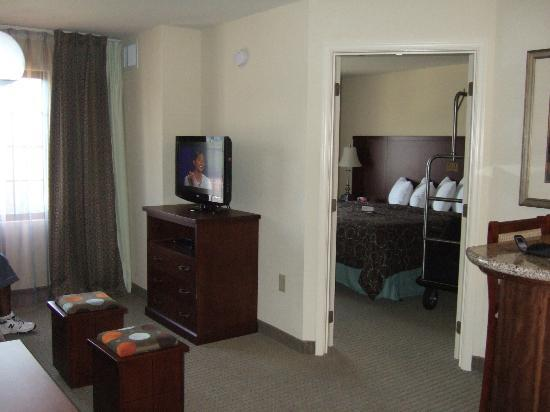 Staybridge Suites East Stroudsburg - Poconos: Living Rm/Bedroom
