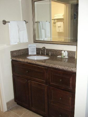 Staybridge Suites East Stroudsburg - Poconos: Bathroom Sink Area