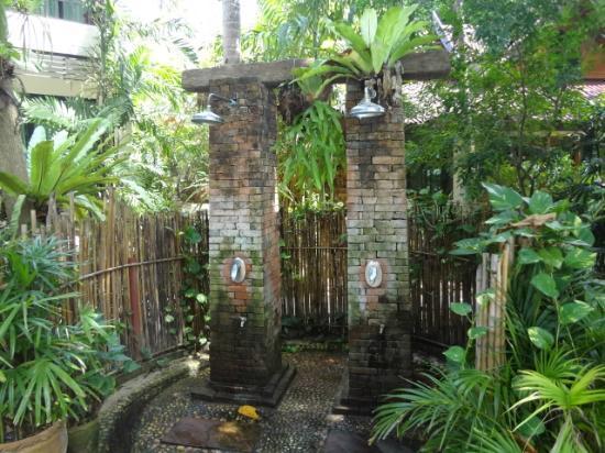 ซันไรซ์ ทรอปิคอล รีสอร์ท: outdoor shower