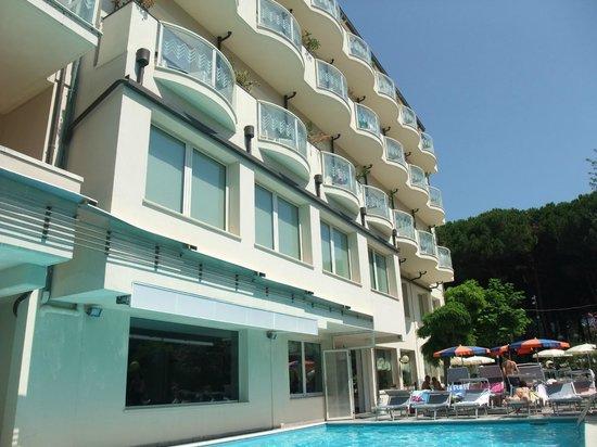 Pinarella, Italia: Vista Hotel dalla piscina