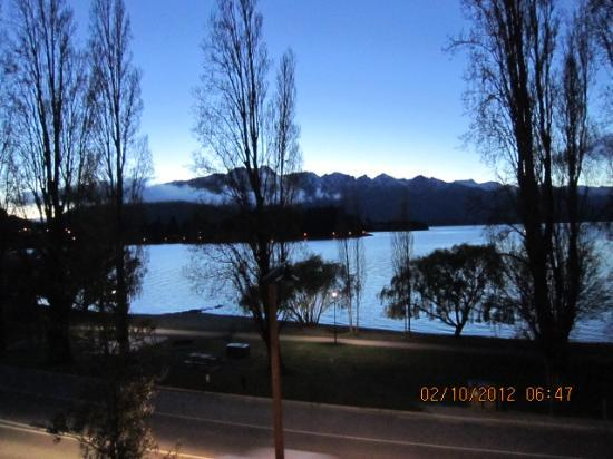 YHA Queenstown Lakefront: Lake View in the early morning