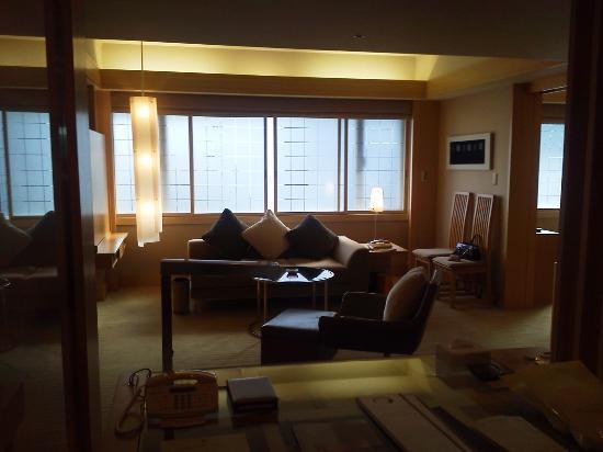 Hotel Okura Tokyo: カウチでごろんとテレビ。