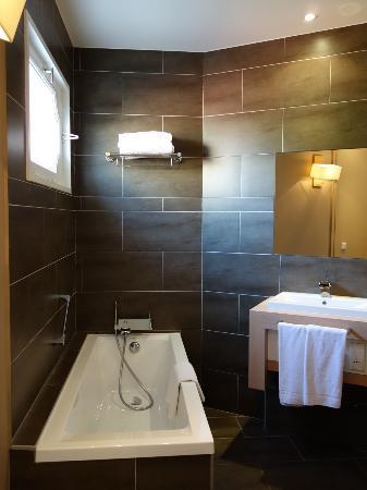 Boutique Hotel Cezanne: Tub