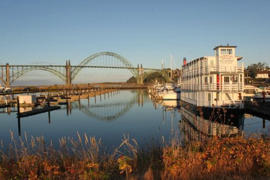 Newport Belle Bed & Breakfast: Newport Belle with Bridge in Distance