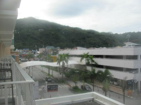 Millennium Resort Patong Phuket: car park 