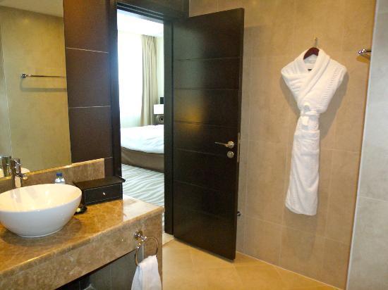 Cristal Hotel Abu Dhabi: Bathroom