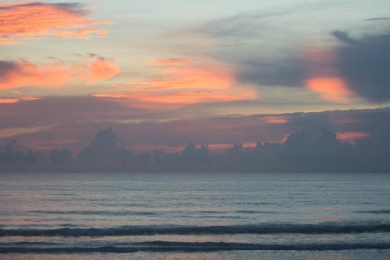 Shoreline All Suites Inn & Cabana Colony Cottages: Sunrise at The Shorewood.....