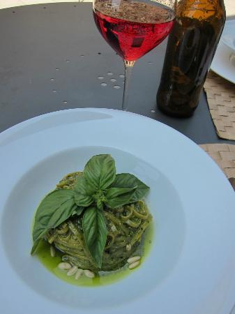 Hotel Badia di Pomaio : delicious pasta and rose
