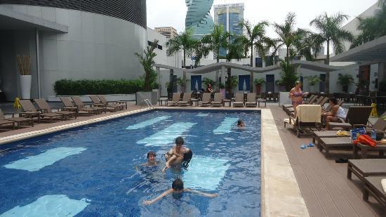 Piscina del hotel picture of hotel riu plaza panama panama city tripadvisor - Piscinas en el valle ...