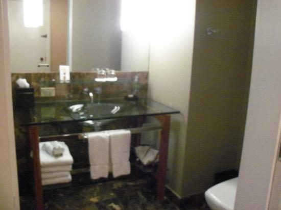 Hutton Hotel: Cool Bathroom in room