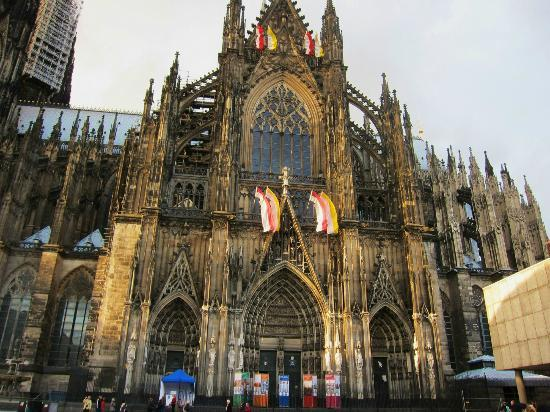 Cologne Cathedral (Dom): 正面に向かい右手部分の大聖堂外観