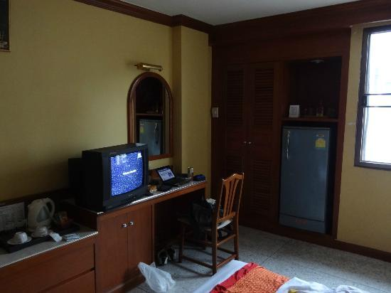 Royal Asia Lodge Bangkok: デスク、冷蔵庫、クローゼット