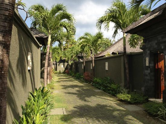 The Ulin Villas & Spa: laneway down to the villas