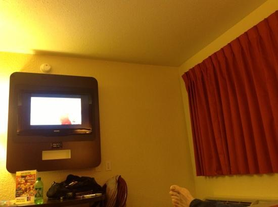 Motel 6 Seattle Sea-Tac Airport South : new tv paint and everything!