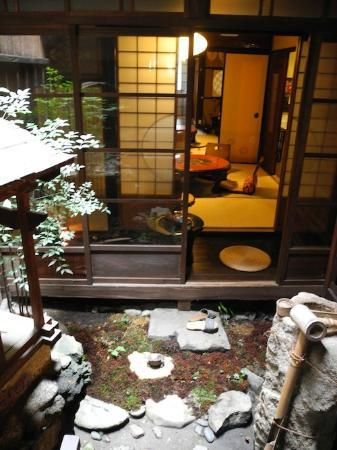 Guest house Rakuza: The courtyard view from the smaller room of the 1st floor twin room