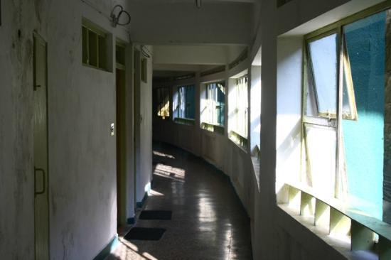 GMVN Garhwal Terrace: Long depressing corridor.