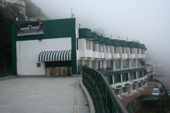 GMVN Garhwal Terrace: Deluxe rooms are next to car park. Just two cars visible for now.
