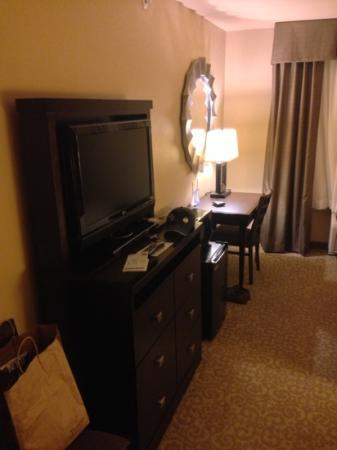 Holiday Inn Express Hotel & Suites Wichita Falls: tv and workspace