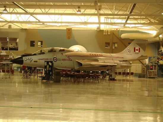Mount Hope, Canadá: One of many planes on display