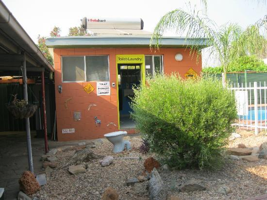 Alice Lodge Backpackers: Laundry, toilet and showers