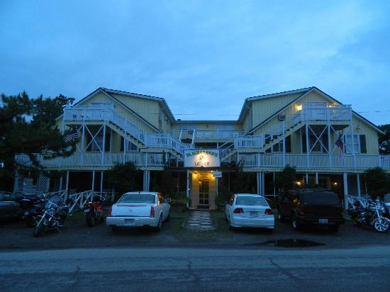 Blackbeard's Lodge: Front view of the main hotel