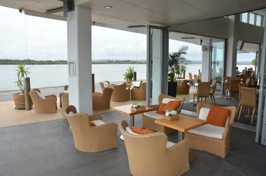 Ramada Hotel & Suites Ballina Byron: The Point Bar & Restaurant, overlooking the walkway and Richmond River.