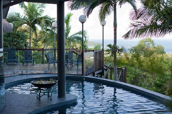 Sapphire Ridge: Beautifull views of the Coral Sea over the pool