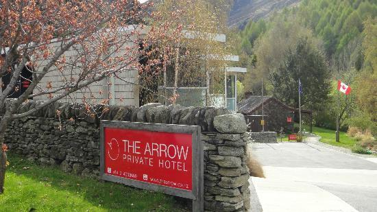 The Arrow Hotel: Entrance of hotel.