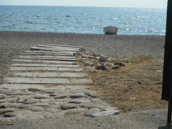 Mandorla Apartments: Exit to the beach
