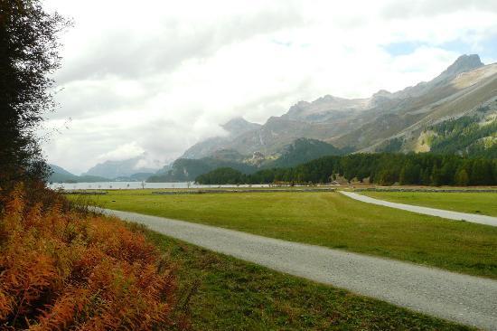 Restaurant Alpenrose: Le lac et les montagnes en sortant de l'Alpenroe
