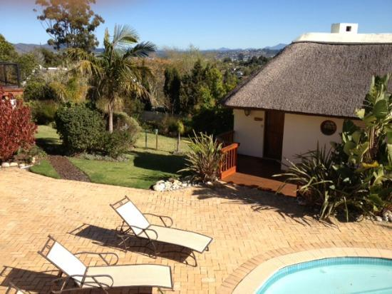 Knysna Country House: pool area and one of the suites