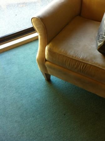 Kingfisher Oceanside Resort and Spa: dirty carpet, and chair needs a good clean