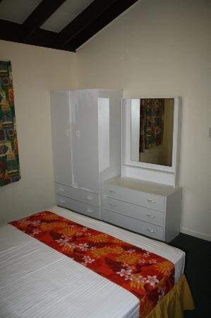 The Edgewater Resort & Spa: Drawers/Dresser in queen room
