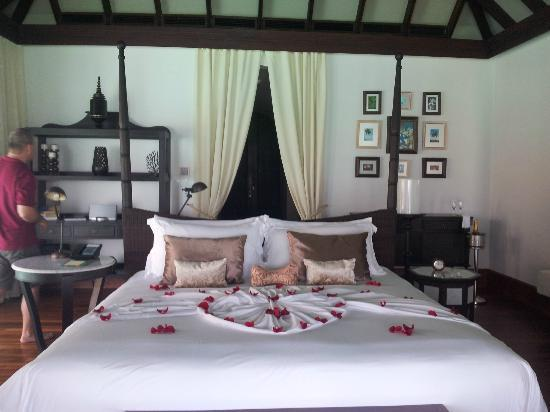 Anantara Kihavah Maldives Villas: the kingsize bed in the villa