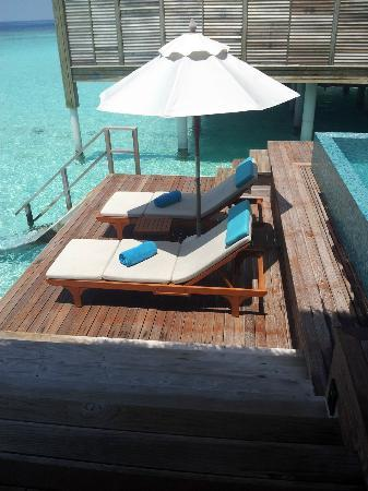 Anantara Kihavah Maldives Villas: sunbed in the villa