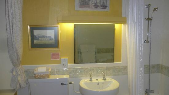 Rowley Manor Country House Hotel: Bathroom on Room 6