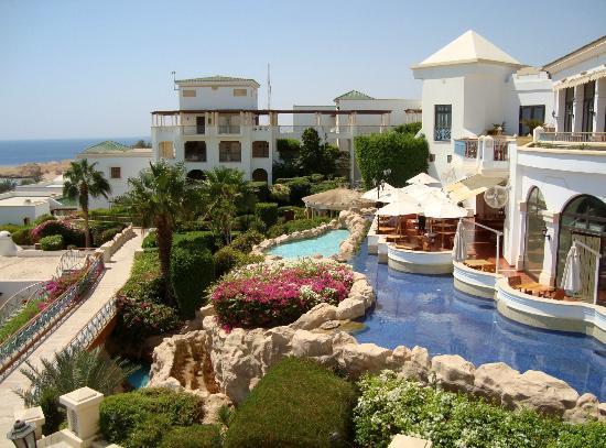 Hyatt Regency Sharm El Sheikh Resort: Restaurant draussen und drinnen rechte Seite