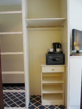 relexa hotel Stuttgarter Hof: Inside the wardrobe
