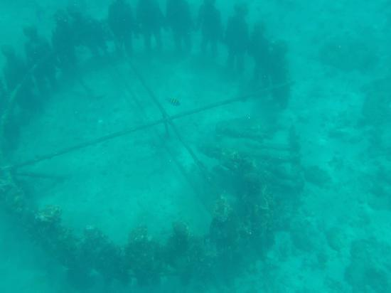 Coyaba Beach Resort: Underwater statues