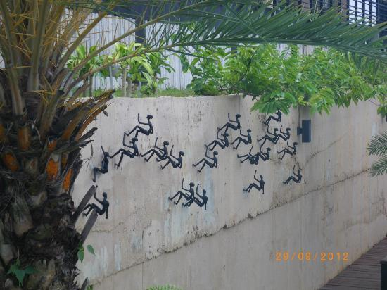 Mantra Samui Resort: gym wall